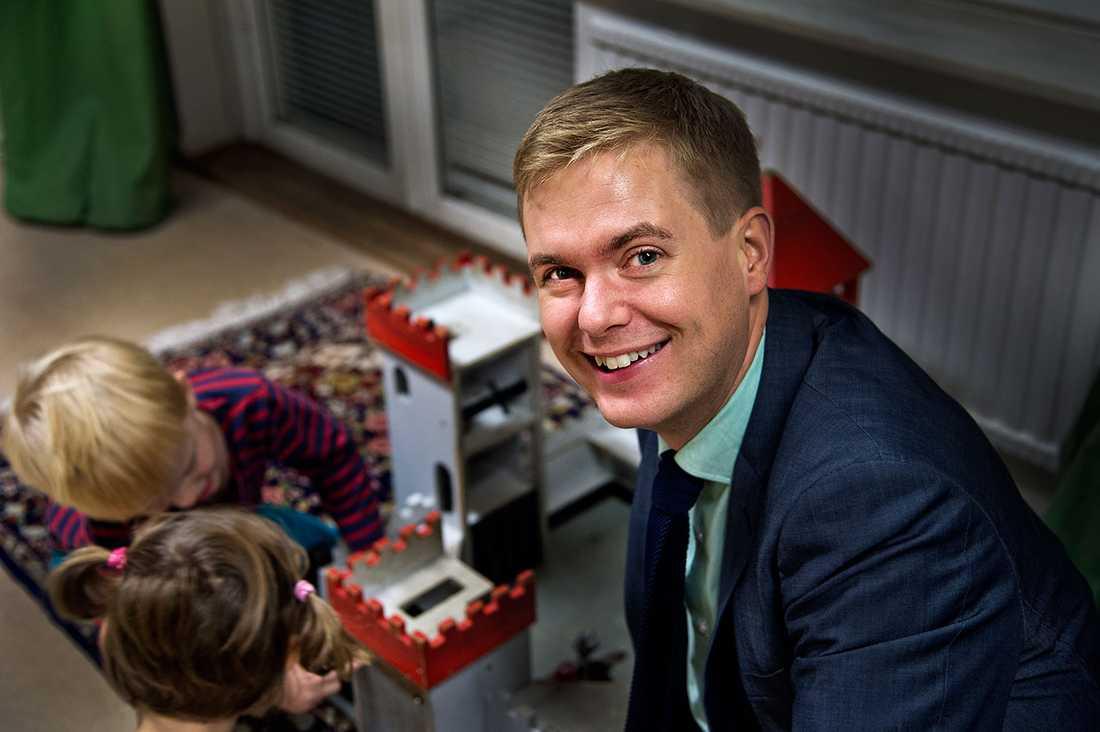 """Utbildningsminister Gustav Fridolin (MP) är nöjd med överenskommelsen om krympta barngrupper. """"Man kan se i 15-åringars skolresultat hur mycket en bra förskola påverkar"""", säger han"""