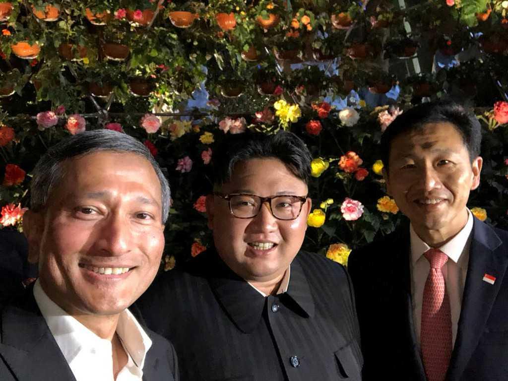 Singapores finansminister Vivian Balakrishnan tar en selfie med Kim Jong Un och Singapores utbildningsminister Ong Ye Kung.
