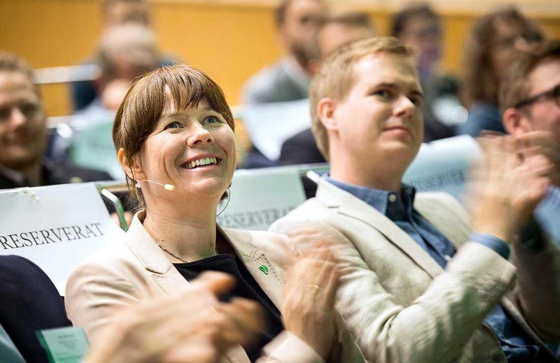 Men det är inte bara MP-tjänstemännen som sågas. Även flera av de gröna statsråden får kritik. Det handlar främst om Åsa Romson, miljöminister, och bostadsminister Mehmet Kaplan.