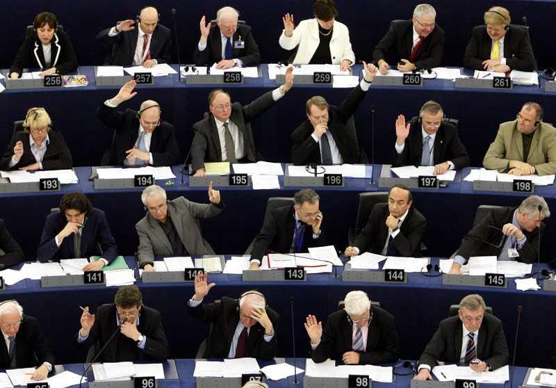 Ledamöter i EU-parlamentet röstar under en session i Strasbourg. 7 juni är det dags att välja nya parlamentariker i EU-valet.