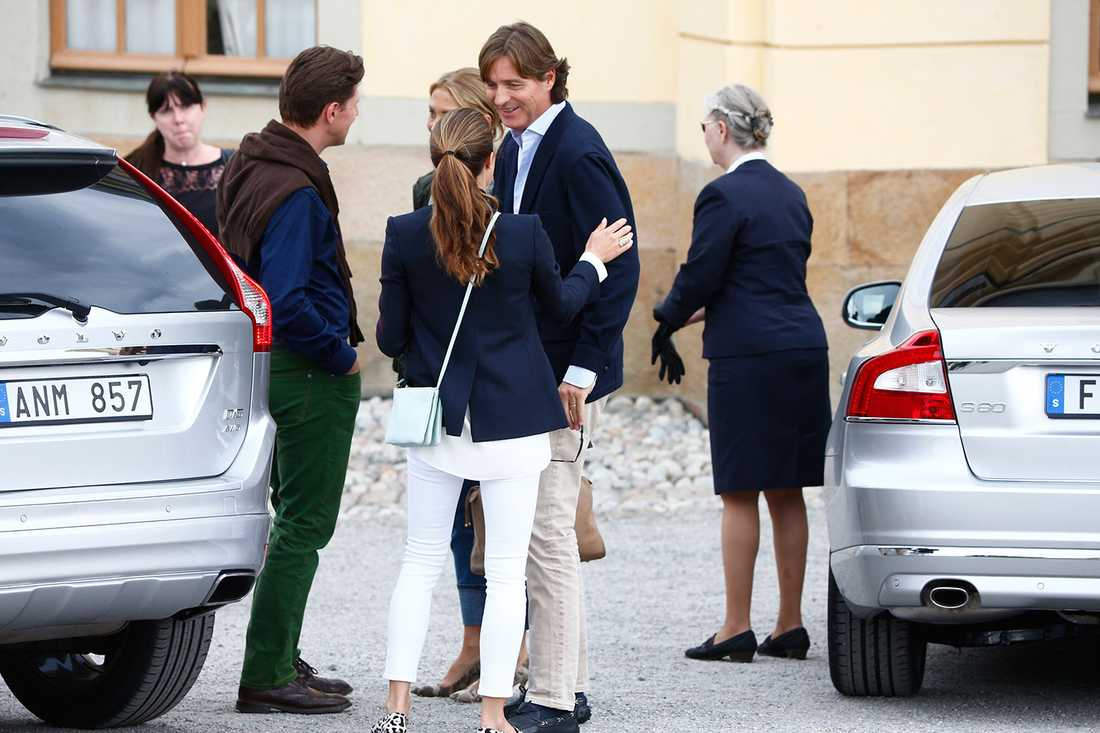 """Louise """"Lussan"""" Gottlieb pratar med Chris svåger greve Ernst von Abensperg und Traun. Båda två är Leonores faddrar."""