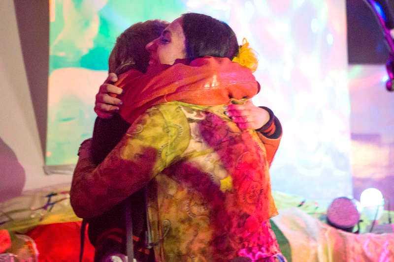 Robyn stod på scen ihop med Zhala sent i natt under Feministiskt initiativs releasefest i Stockholm. Efter framträdandet förenades artisterna i en stor kram.