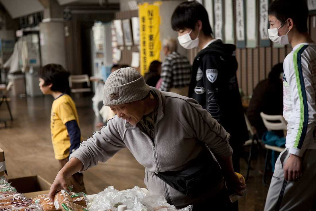 tillfälligt hem Den här sporthallen har blivit ett tillfälligt boende åt 340 japaner som tvingats lämna sina hem. Här finns telefoner, datorer, duschar, läkare och mat.
