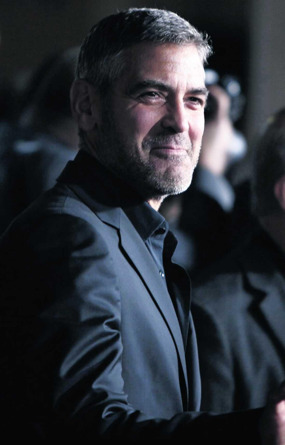 """George Clooney reser till Sverige i januari för att spela in scener till filmen """"The american"""" där han spelar yrkesmördare. """"Min rollfigur ska ha helskägg i scenerna. Så det här måste växa ut först"""", säger Clooney om sin skäggstubb."""
