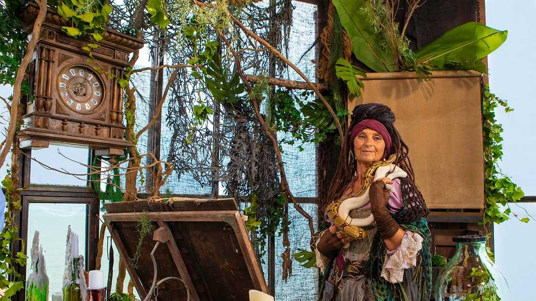 """Suzanne Reuter som Madame Fouras i """"Fångarna på fortet""""."""