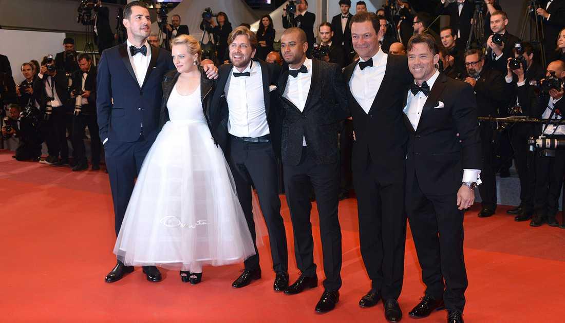 Christopher Laesso, Dominic West, Ruben Östlund, Claes Bang, Elizabeth Moss och Terry Notary på röda mattan i Cannes.