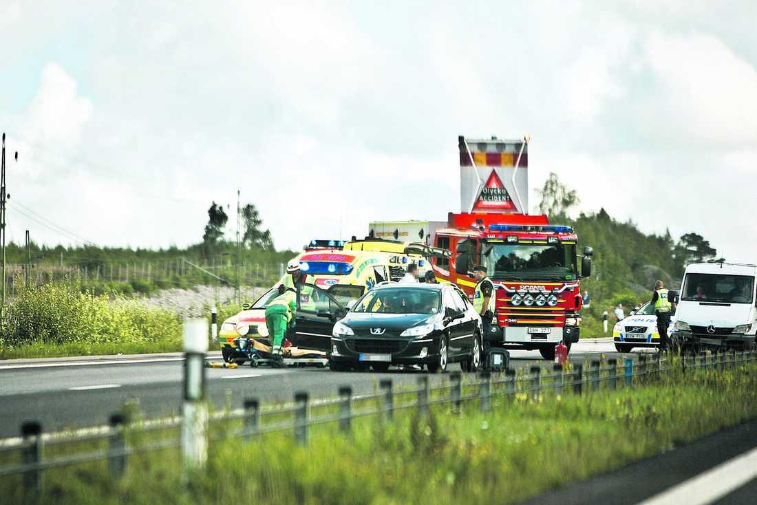 kördes på bakifrån Grannbråket urartade och slutade med att Alexander, Albana och deras två små barn blev påkörda bakifrån som hämnd för att de klagat på den höga musiken. Det blev stopp på motorvägen och flera andra bilar kraschade in i varandra.