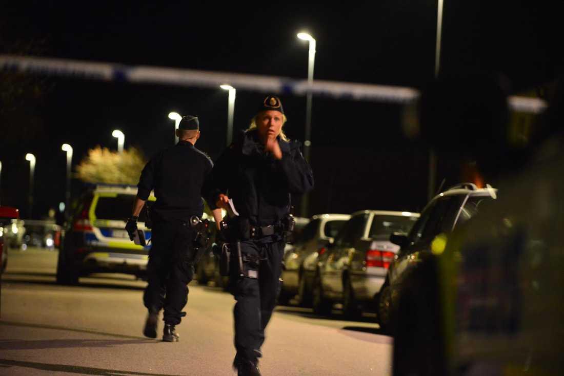 Poliser på platsen efter skottlossningen.