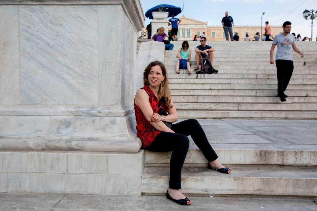 När vi träffar Maria Kaderaki, 32, på Syntagmatorget har premiärminister Tsipras precis avslöjat att folkomröstningen på söndag inte ställs in. Maria Kaderaki blundar inte för krisen, men hon tycker att Trojkans krav är för högt ställda. – Grekland har skulder och vi vill betala tillbaka. Men vi behöver mer tid, säger hon.