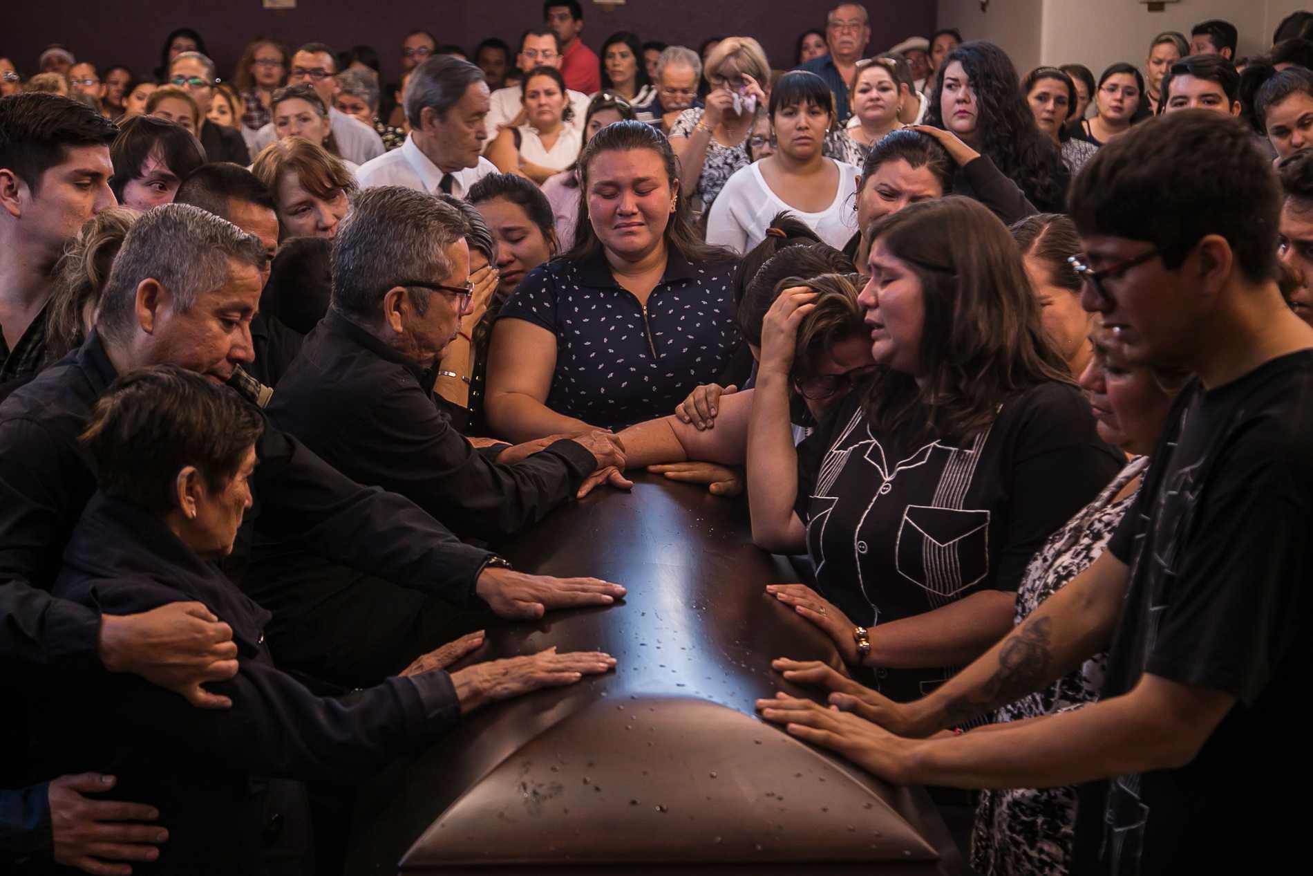 Närstående vid begravningen av reportern Javier Valdez i maj 2017.