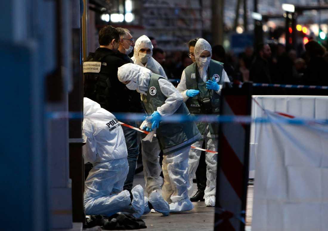 Två personer skadades i attacken. Gärningsmannen sköts ihjäl av polis.
