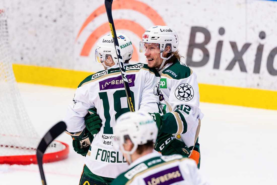 Jesper Olofsson jublar efter ett av sina mål.
