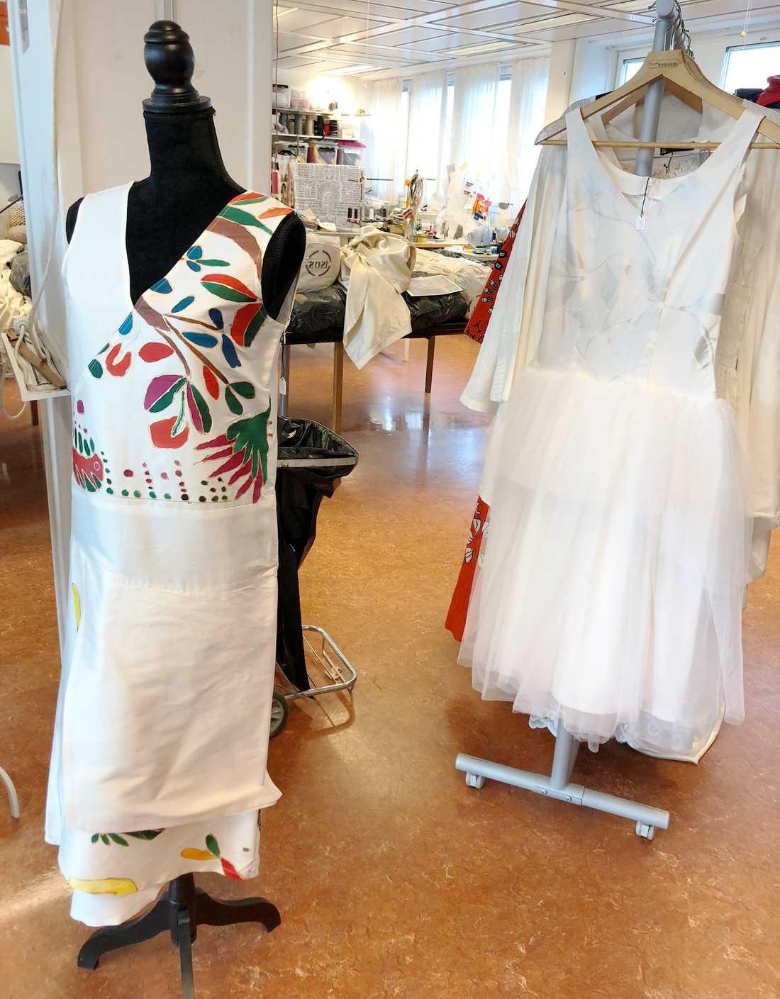 En handmålad klänning i Livstyckets design.