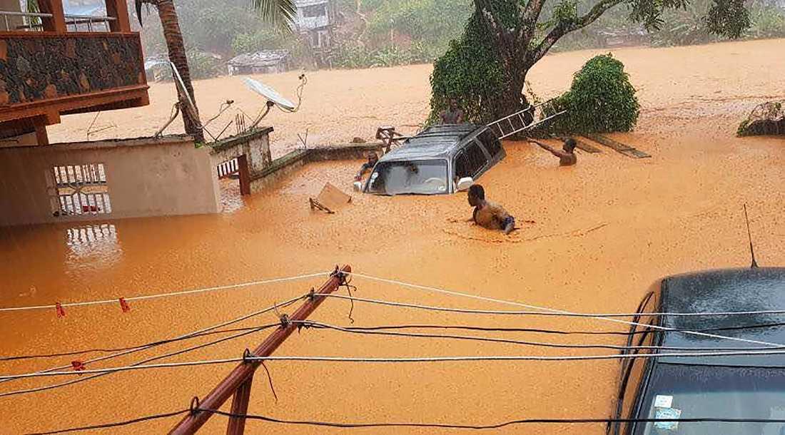 Översvämmade gator i Regent under skyfallet.