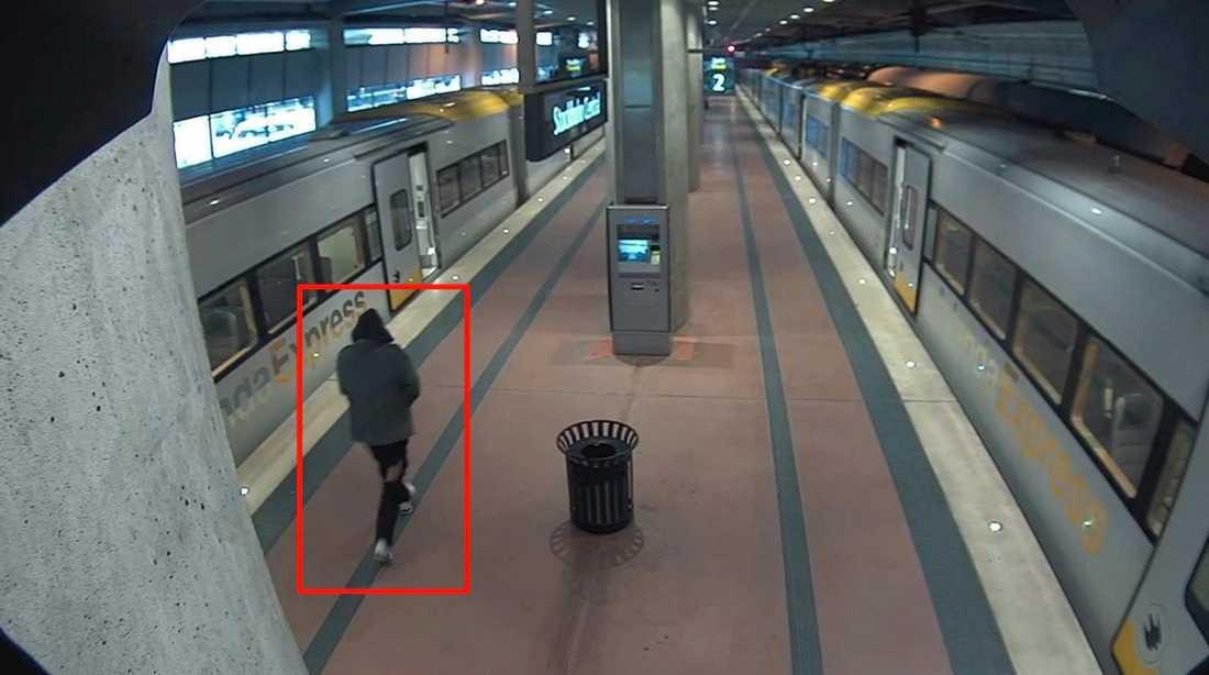 Arlanda Express,15h00min37s Misstänkt kommer nerspringande till Arlanda Express från Kungsgatan. Man kan tydligt se hålet i byxbenet.
