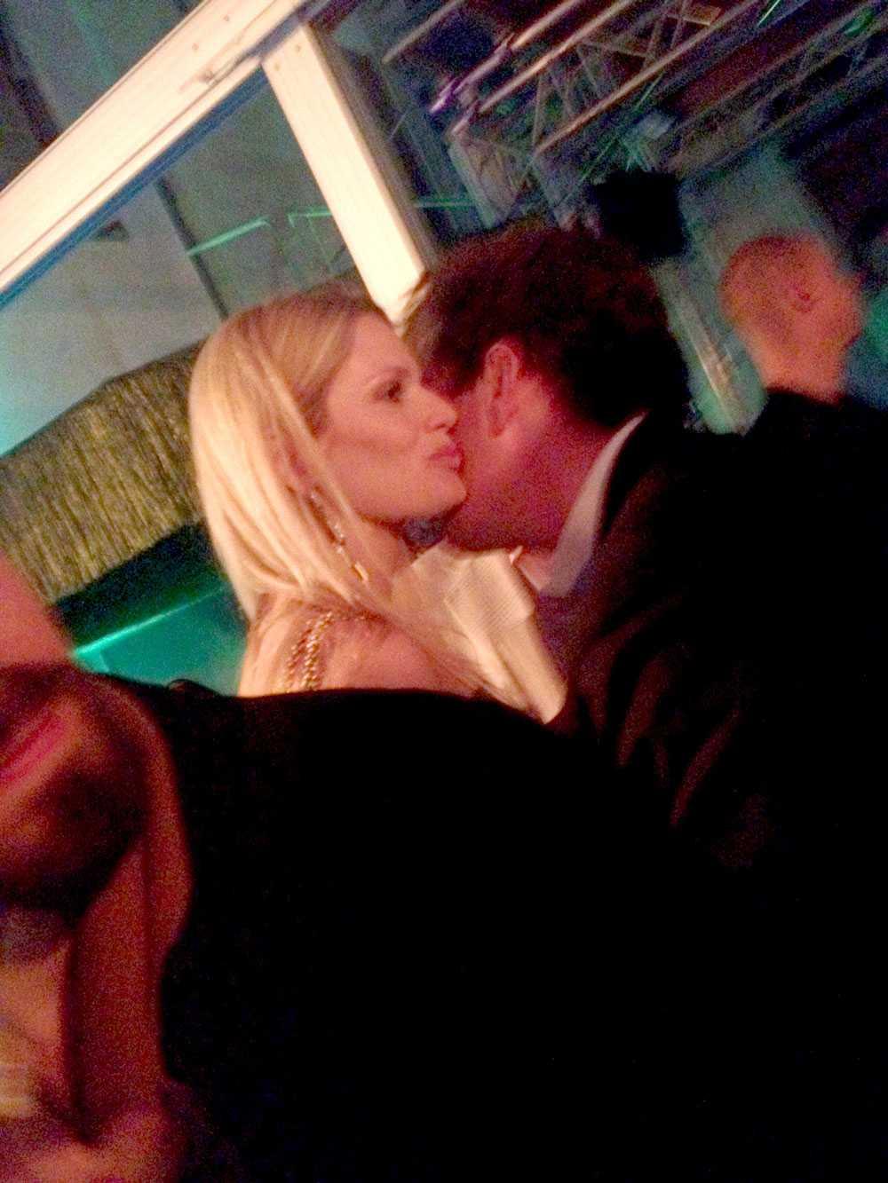 Chris kindpussas med Vicky Andrén på nattklubben The Wall, dit festsällskapet drog efter att de varit på Sturehof.