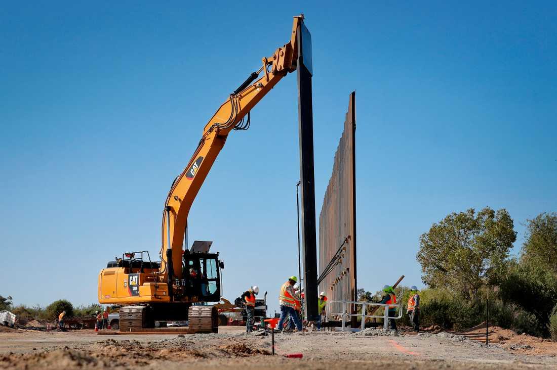 Att få ned antalet människor som söker sig till USA via landets södra gräns är en profilfråga för Donald Trump. Bild från ett barriärbygge i Arizona.