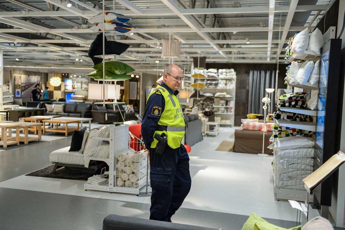Polisen fanns på plats när Ikea i Västerås öppnade igen på onsdagen. Varuhuset hölls stängt under tisdagen efter måndagens dubbelmord.