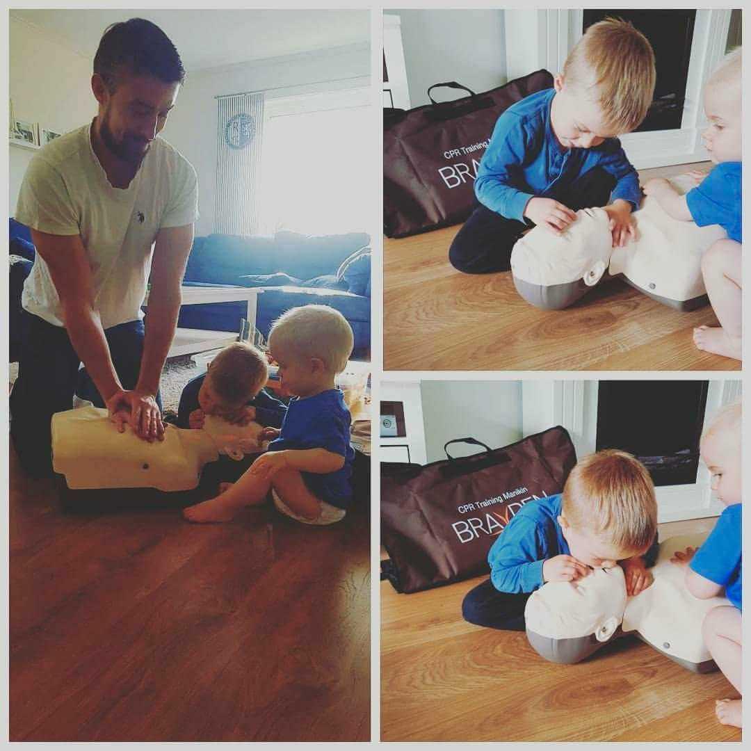 Jimmy lär även sina barn att göra hjärt-lungräddning, HLR.