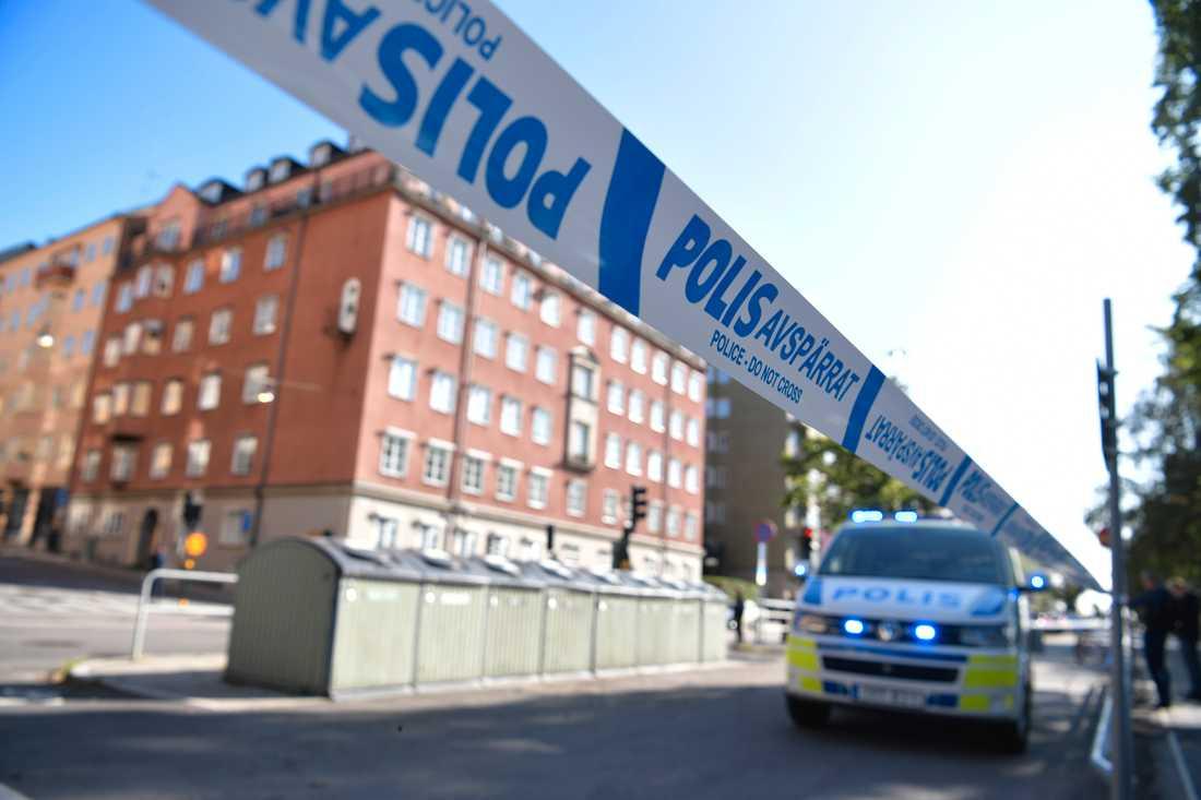 Polisavspärrningar på Norr Mälarstrand på Kungsholmen i Stockholm, i samband med mordförsöket på advokaten 2019. Arkivbild.