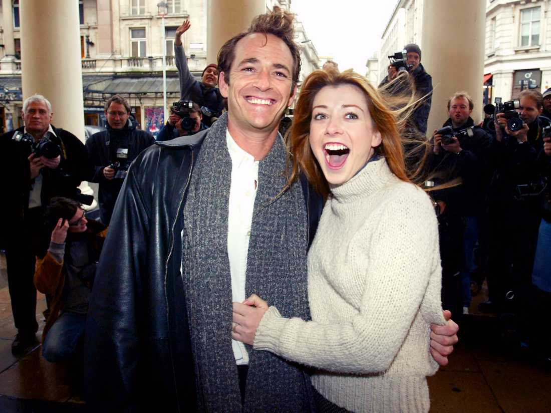 "Luke Perry håller om Alyson Hannigan utanför Theatre Royal i London inför repetitionerna av pjäsen ""When Harry met Sally"" 2004."