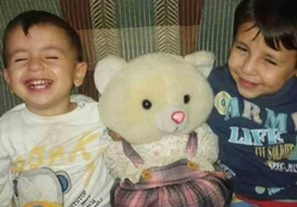 Lille Alan, till vänster, tillsammans med sin bror Galip.