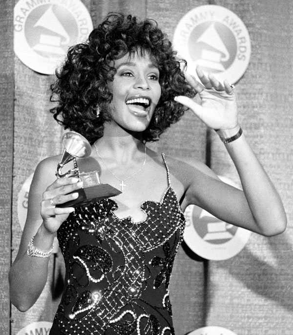 "Whitney Houston poserar med sin Grammy efter ha blivit utsedd till ""Best Pop Vocal Performer"" 1988. Whitney Houston vann sex Grammys – däribland årets skriva för ""I Will Always Love You"" och årets album med ""The Bodyguard,""."