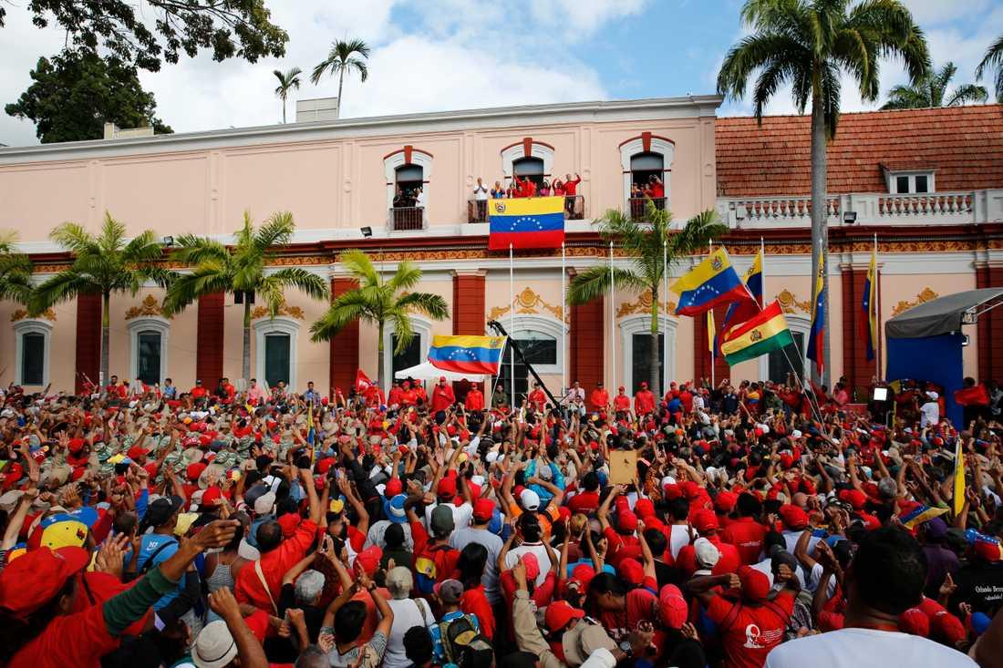 Nicolás Maduro talar till anhängare från en balkong i sitt palats.