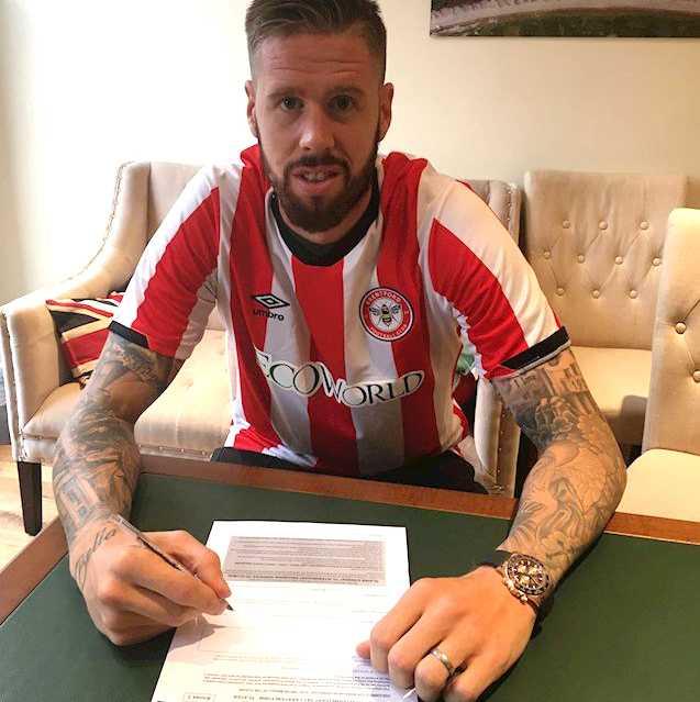 Pontus Jansson när han skrev på kontraktet.
