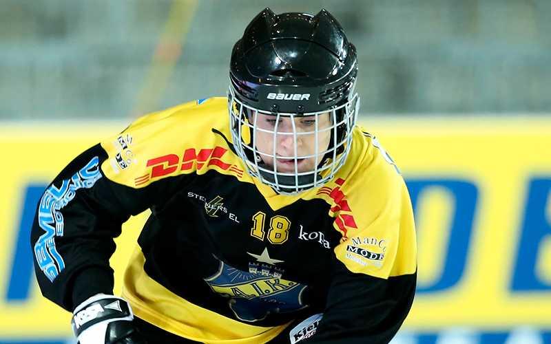 AIK:s Anna Fosselius i kamp med Stina Ysing i Kareby under SM-finalen i bandy för damer mellan AIK Bandy och Kareby IS i våras.