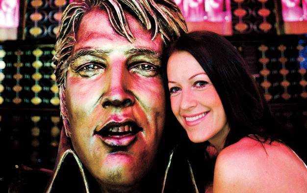 """Dea är stjärna i supershowen """"Viva Elvis"""" i mytomspunna Las Vegas och kontraktet är på hela 900 shower."""