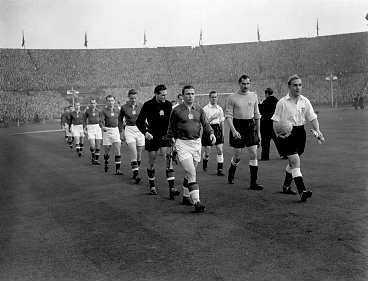 GICK TILL HISTORIEN Mörkklädda Ungern, med Ferenc Puskás i spetsen, detroniserade England fullständigt på Wembley. Efter 90 års överlägsenhet fick England en läxa. Ungern vann matchen med 6-3 och skotten med 35-5.