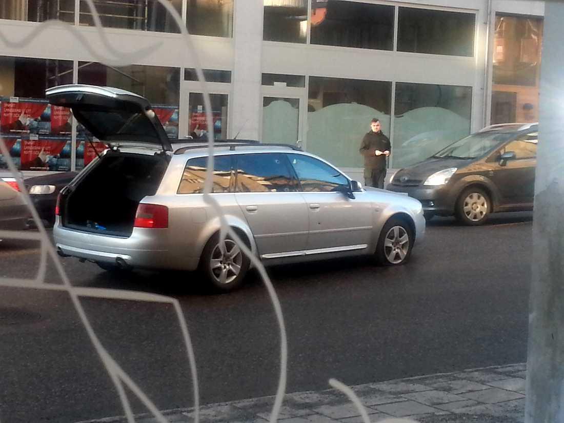 Enligt vittnen bytte rånarna flyktbil på Nygatan, på baksidan av köpcentrat. De lämnade Audin och tvingade, under vapenhot, till sig en silverfärgad Volvo S60 i stället.