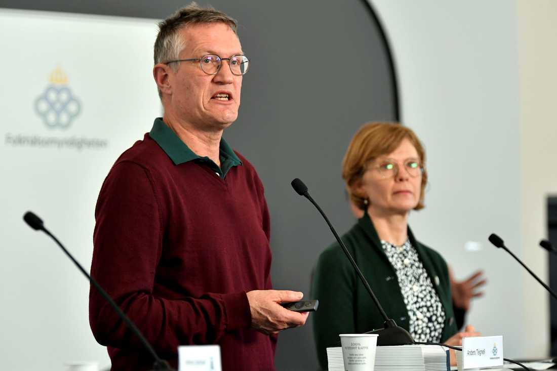 Statsepidemiolog Anders Tegnell och Maria Bergstrand, tillförordnad chef enhetschef operativ ledning på MSB, under onsdagens pressträff med Folkhälsomyndigheten.