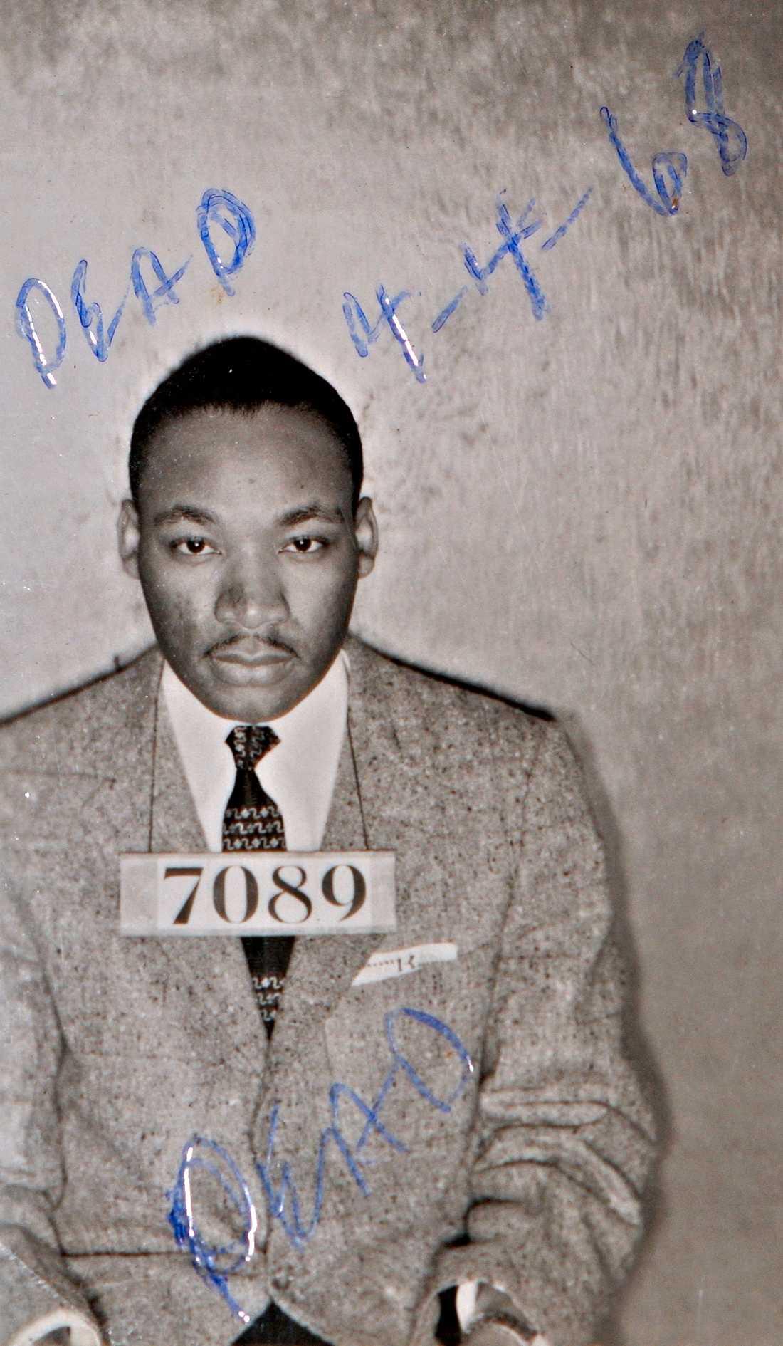 """Martin Luther King Jr greps under en politisk bussbojkott 1956. Orden """"Dead"""" och datumet är tillagt efteråt."""