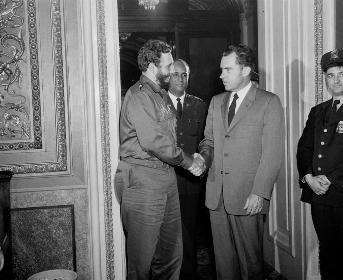 USAs Vice president Richard Nixon skakar hand med Fidel Castro efter ett privat möte på Nixons kontor i Washington 1959.