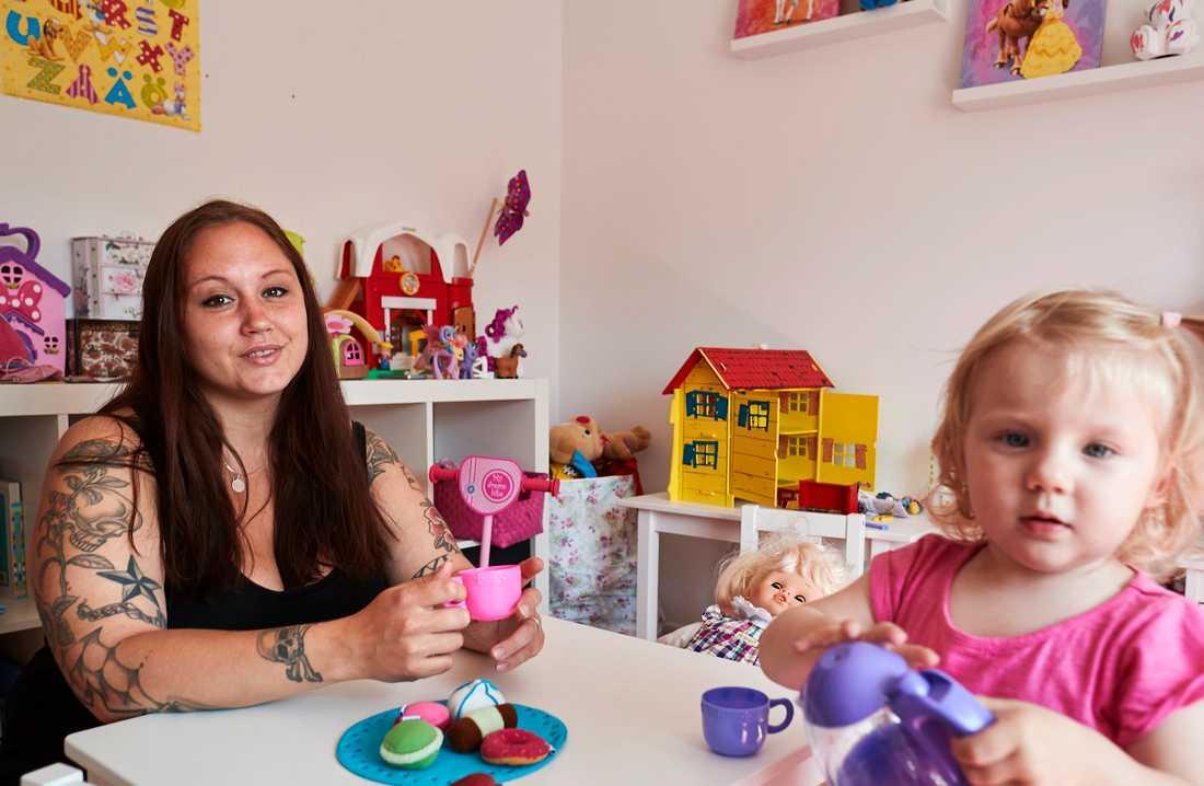 Annie Ekvall, 29, fick en svår förlossningsskada när hon födde lilla Victoria, för två år sedan. Läkarna har försökt att laga skadan i efterhand, men inte lyckats.