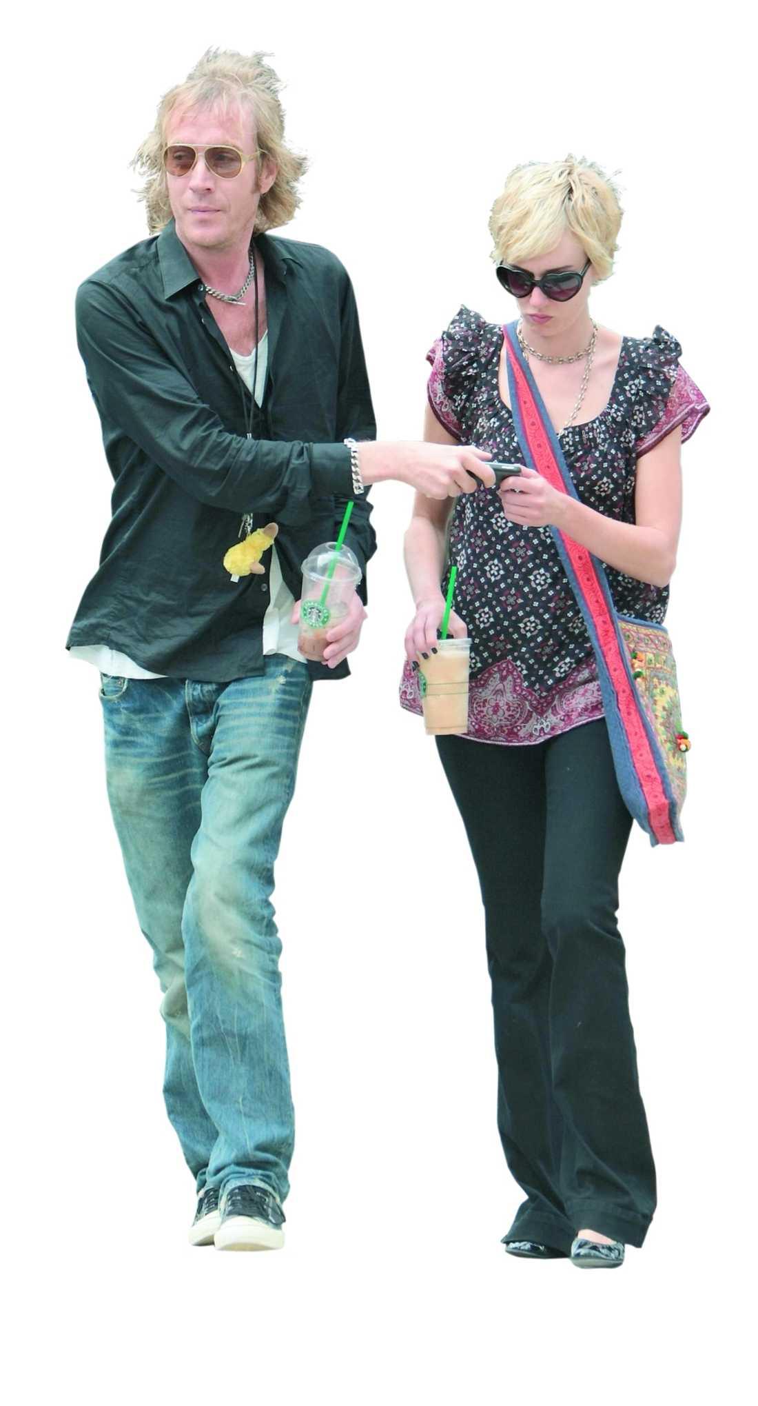 Rod Stewarts dotter Kimberly tröstade Rhys efter uppbrottet från Sienna Miller. Men nu är han singel igen. Med eftertryck.