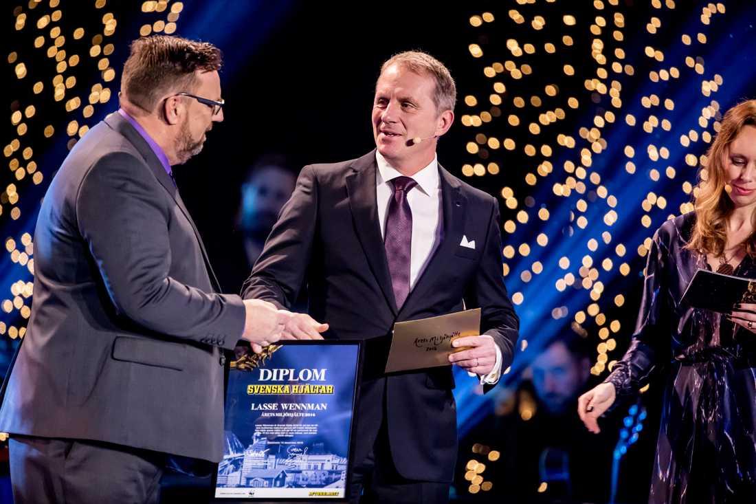 WWF:s generalsekreterare Håkan Wirtén delade ut priset till Årets Miljöhjälte Lasse Wennman.