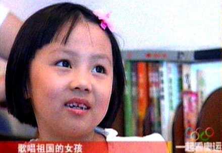 Yang Peiyi, 7, har den perfekta rösten men ansågs inte vara lika bildmässig som Lin Miaoke, 9.