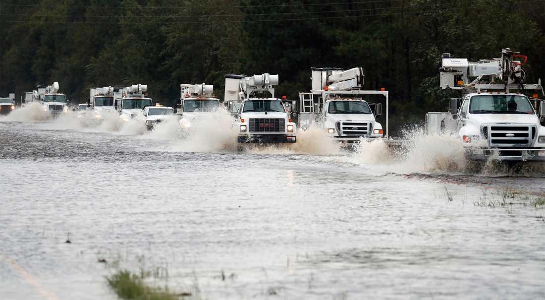 Hjälplastbilar färdas på den för allmänheten avstängda Highway 70 i North Carolina på lördagen.