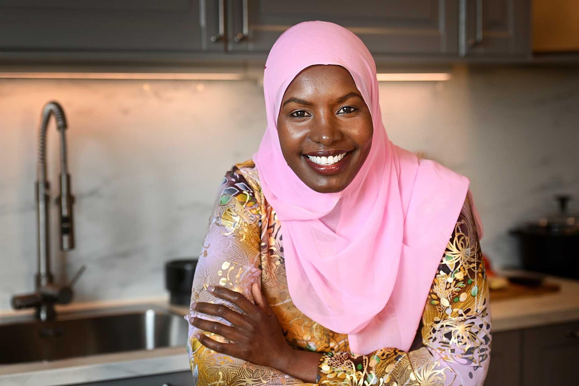 Khadija Mahamud lagar mat från hela världen.
