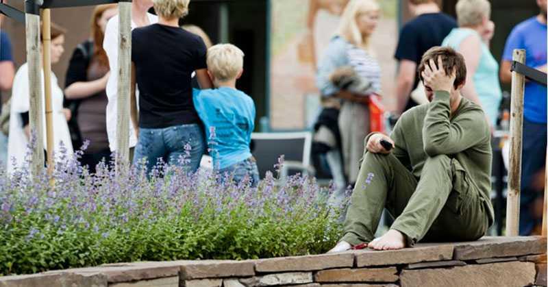 Grönklädde Thorbjørn Vereide överlevde 90 minuters mardröm på Utøya. Nu befinner han sig i säkerhet på Sundvollen med de flera av de andra överlevande.