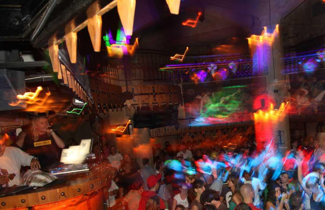 Bild från nattklubb i Ayia Napa. Personerna på bilden har ingenting med artikeln att göra.