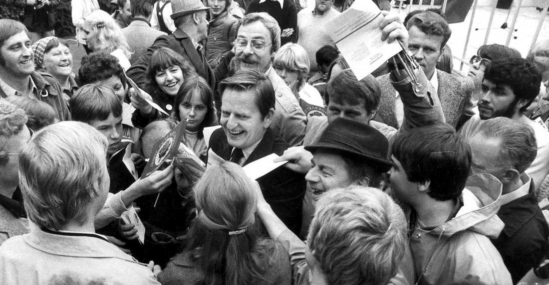 IDOLEN Olof Palme fångas av autografjägare i Borlänge 1979. Palme mördades den 28 februari 1986.