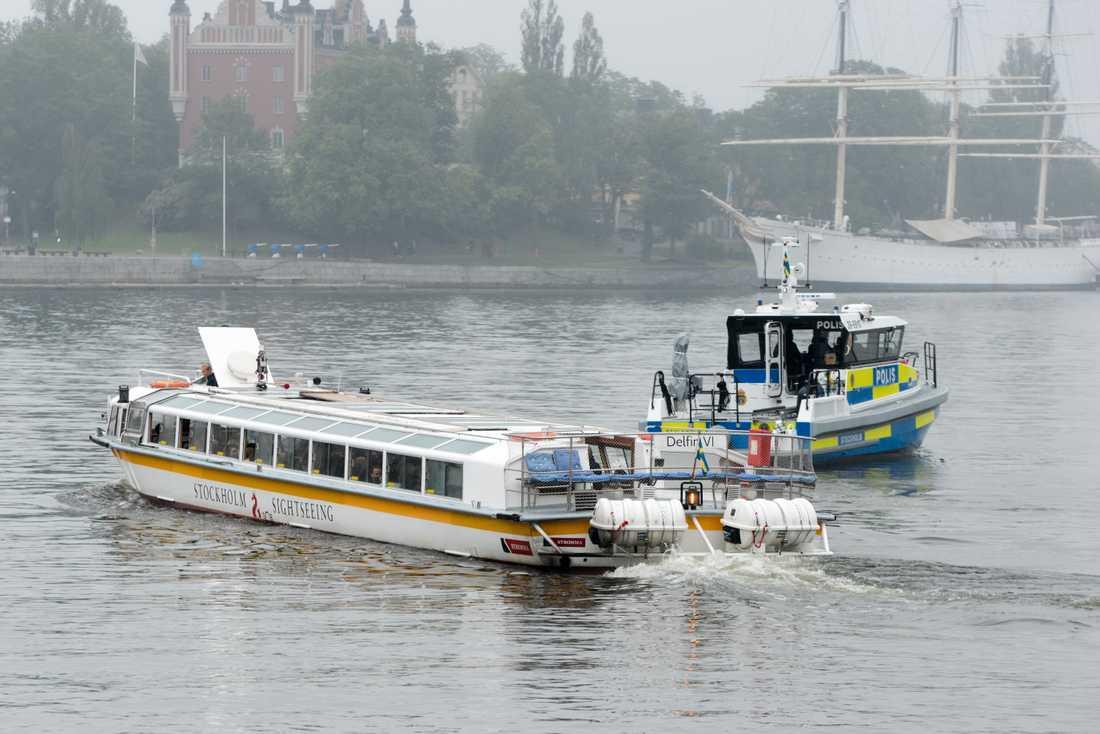 Gästerna kördes till Djurgården i en sightseeingbåt.