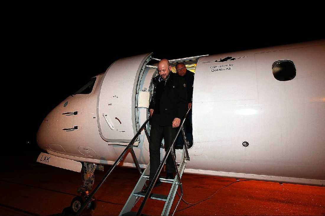 Brynäs tränare Tommy Jonsson kliver av planet i Gävle i natt.