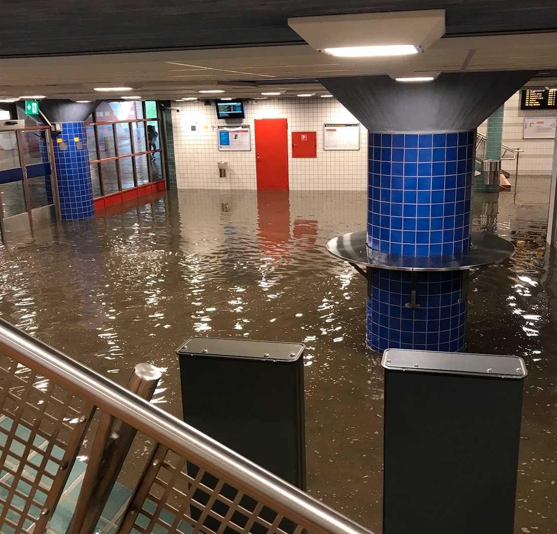 Vattnet var upp över vaderna på resenärerna.