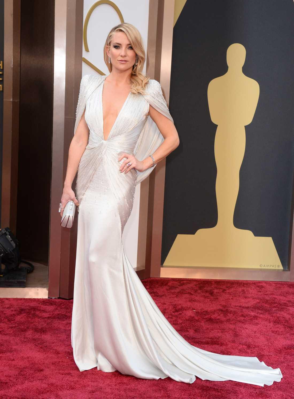 """+++++ Kate Hudson: """"Mycket mer Hollywood än så här blir det knappt. Hon har prickat in allt: släpet, urringningen, stenarna, den lilla väskdosan, det svävande höftpartiet och det glamourösa håret. Det finns INGET att klanka ner på vad gäller den här Atelier Versace-blåsan. Förutom att det är lite förutsägbart."""""""