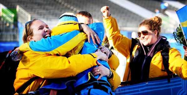 Anja Pärson får en kram av sin syster Frida under OS 2010 i Vancouver. Anja tog brons i superkombinationen. Längst till höger syns Filippa.